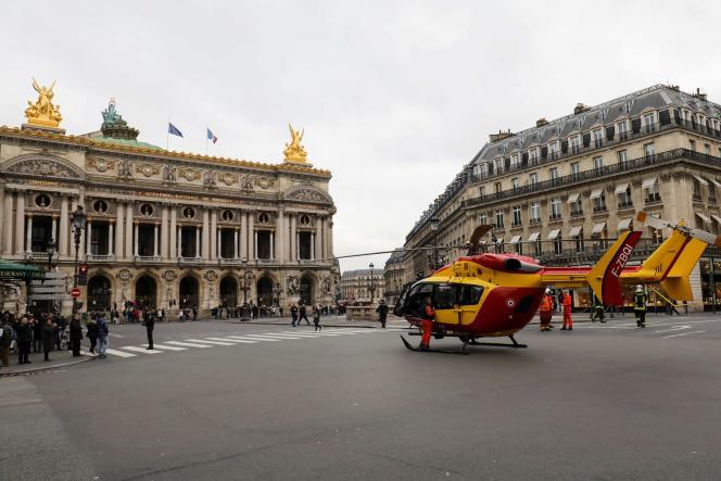 Un hélicoptère de la sécurité civile place de l'Opéra, à Paris.