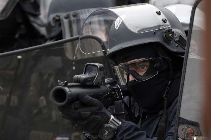 Le directeur général de la police nationale précise que les fonctionnaires« ne doit viser exclusivement que le torse ainsi que les membres supérieurs ou inférieurs. »