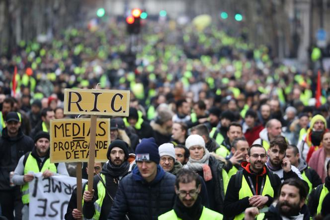 Manifestation de « gilets jaunes» à Paris, samedi 12 janvier. Sur une pancarte, on peut lire : « Médias = propagande d'Etat».