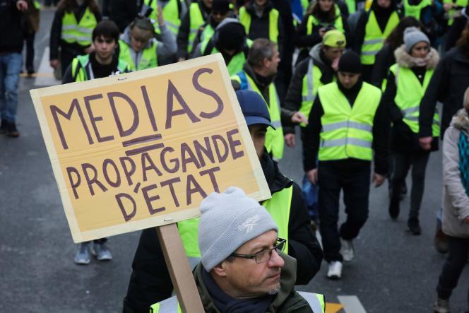 Une pancarte critique à l'égard des médiasbrandie lors d'une manifestation des «gilets jaunes» à Paris, le 12 janvier 2019.