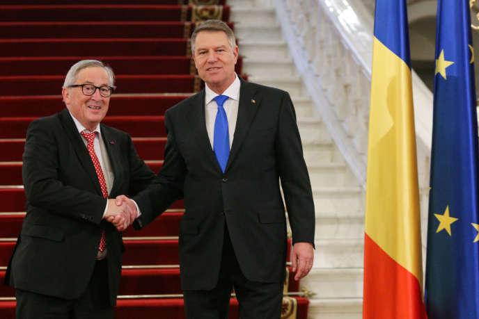 Le président de la Roumanie, Klaus Iohannis (à droite), accueille le président de la Commission européenne, Jean-Claude Juncker, à Bucarest, le 11 janvier.