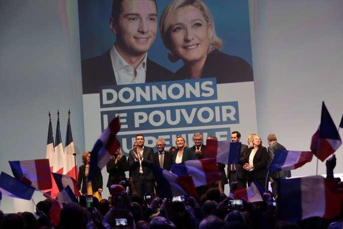 Jordan Barella et Marine Le Pen, entourés d'autres responsables du Rassemblement national, lors du meeting de lancement de la campagne pour les européennes, dimanche 13 janvier, à Paris.