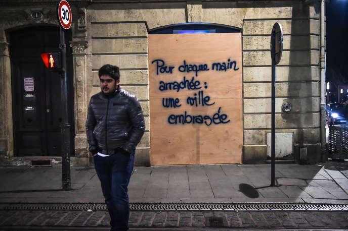 Le graffiti fait référence à la blessure d'un manifestant qui a eu la main arrachée par l'explosion d'une grenade, lors de l'acte IV, à Bordeaux.