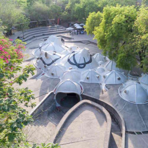 La première rétrospective internationale de l'architecte indien Balkrishna Doshi, lauréat du Prix Pritzker en 2018, se tiendra au Vitra Design Museum, de Weil-am-Rhein, en Allemagne. L'occasion de découvrir une œuvre foisonnante qui conjugue les enseignements du modernisme occidental avec la culture et les traditions indiennes, et les spécificités climatiques du sous-continent. Légende: «Amdavad Ni Gufa», par Balkrishna Doshi et M. F. Husain, à Ahmedabad, en 1994 (détail).