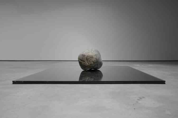 Figure incontournable de la scène internationale, l'artiste ‒ philosophe et poète d'origine coréenne‒ y révèle sa définition de l'art à travers une sélection de sculptures, de peintures et d'installations, témoin decinq décennies de création.Légende:«Relatum‒ Existence» (2014), de Lee Ufan, pierre et verre.
