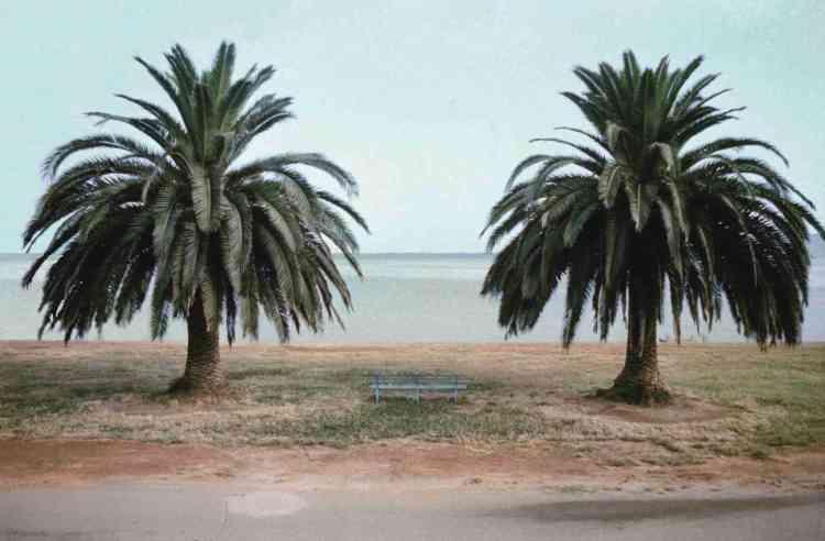 Cette première rétrospective des photographies de Luigi Ghirri (1943-1992) hors de son Italie natale est centrée sur les années 1970. Elle retrace une décennie au cours de laquelle Ghirri a bâti un corpus d'images en couleur sans équivalent dans l'Europe de l'époque. Légende :«Orbetello» (1974), de Luigi Ghirri.