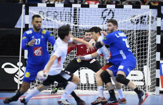 Dans les buts français, Cyril Dumoulin fait face à une attaque de la sélection coréenne, à Berlin, le 14 janvier.