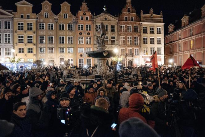 Des milliers de Polonais se sont rassemblés dans le centre historique de Gdansk (Pologne), pour rendre hommage à leur maire, le 14 janvier.