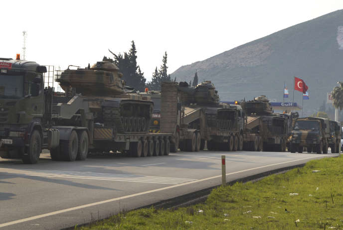 Un convoi militaire turc à destination de la Syrie, dans la province d'Hatay, dans le sud-est de la Turquie, près de la frontière syrienne.