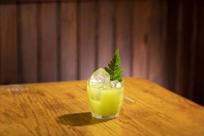 Le Rachel Green de Combat :Perrier, jus de céleri frais, jus de citron vert frais, Chinotto, Miel d'aloe vera.