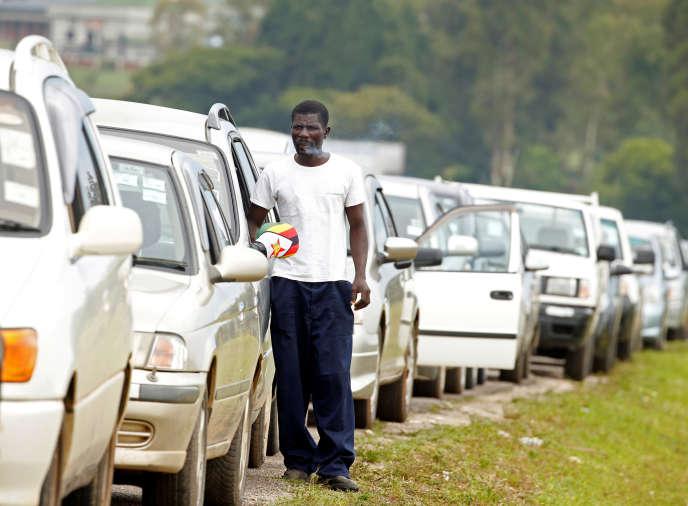 Des automobilistes font la queue devant une station-service à Harare, au Zimbabwe, le 10janvier 2019.