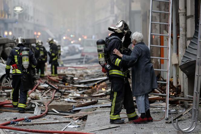 Une femme évacuée par les pompiers après l'explosion de la rue de Trévise, à Paris, le 12janvier.