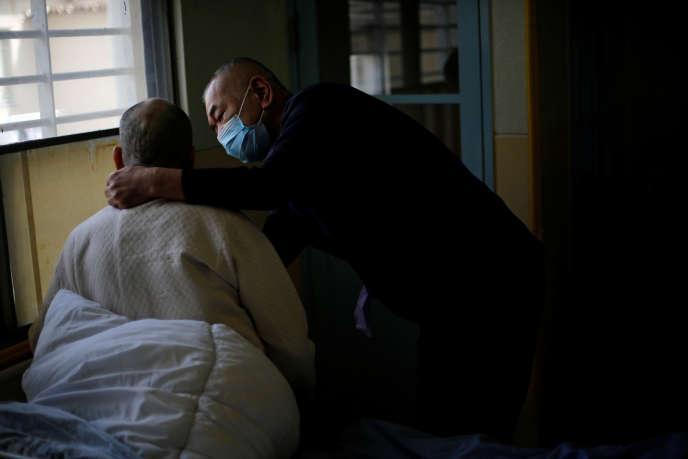Un homme de 92 ans est pris en charge par un aide-soignant à l'infirmerie de la prison de Tokushima, au Japon, le 2 mars 2018.