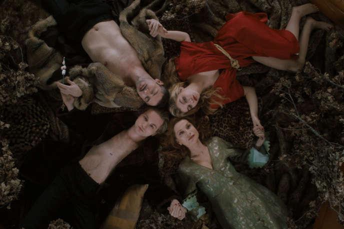 Lukas Ionesco, Isabelle Huppert, Galatea Bellugi et Melvil Poupaud dans«Une jeunesse dorée», d'Eva Ionesco.