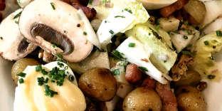 La salade du jour : pommes de terre sautées, champignons de Paris, endives fraîchement coupées, lardons et œufs mayo.