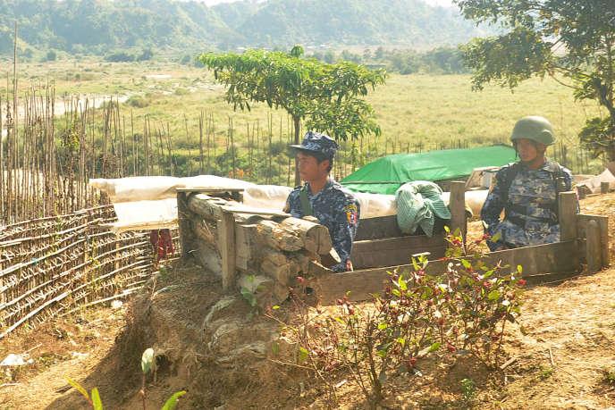 Des gardes-frontières de l'armée birmane montent la garde aux abords de Buthidaung, dans l'Etat Rakhine, le 7 janvier 2019. Soit 3 jours après une attaque de postes de police par l'Armée de l'Arakanayant fait 13 morts parmi les policiers.