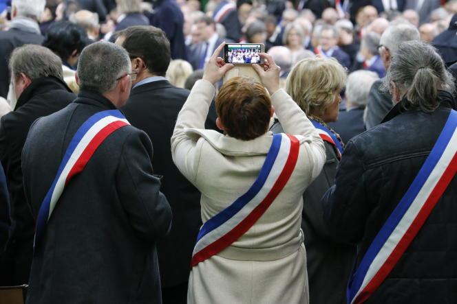 C'est dans le gymnase de la petite commune de Grand-Bourgtheroulde (Eure), devant quelque six cents maires normands, qu'Emmanuel Macron donne mardi 15 janvier le coup d'envoi du grand débat national.
