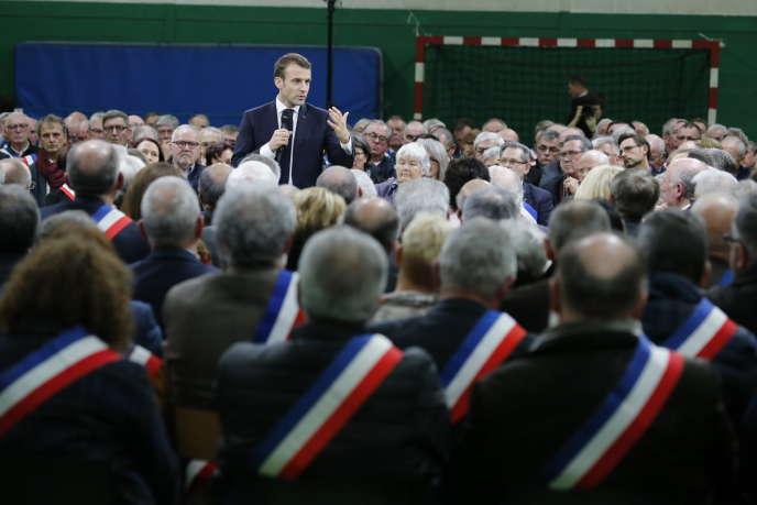 C'est dans le gymnase de la petite commune de Grand-Bourgtheroulde (Eure), devant quelque six cents maires normands, qu'Emmanuel Macron a donné mardi 15janvier le coup d'envoi du grand débat national.