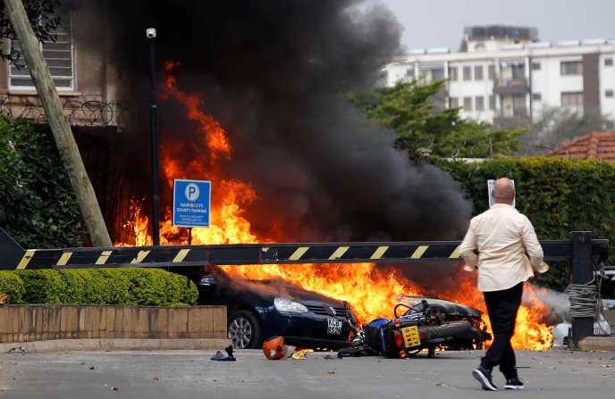 Des voitures brûlent devant lecomplexe DusitD2, à Nairobi, au Kenya, le 15janvier 2019.