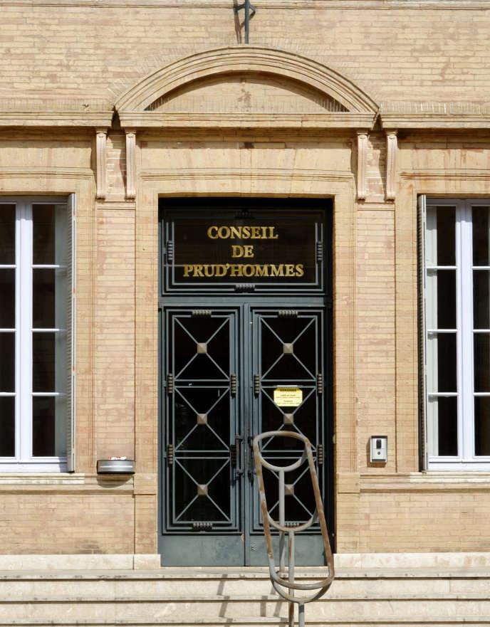 (Toulouse, porte d'entrée de l'immeuble du conseil des prud'hommes).