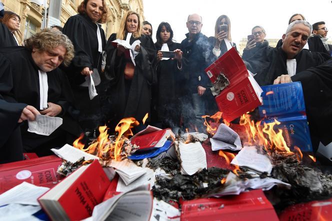 Des avocats brûlent leurs code civil lors d'une manifestation contre le projet de réforme de la justice, à Marseille, le 12 décembre 2018.