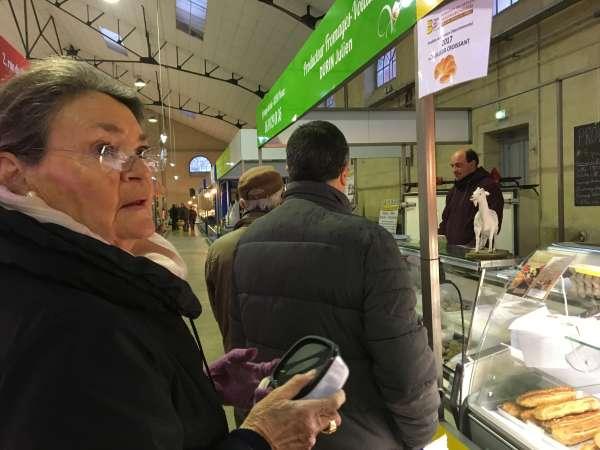 Marie-Françoise sur le marché de Saint-Amand-Montrond, dans le Cher, le 12 janvier.