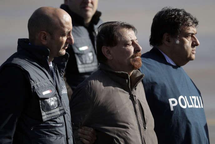 Cesare Battisti escorté par la police italienne après son retour de Bolivie, à Rome, le 14 janvier.