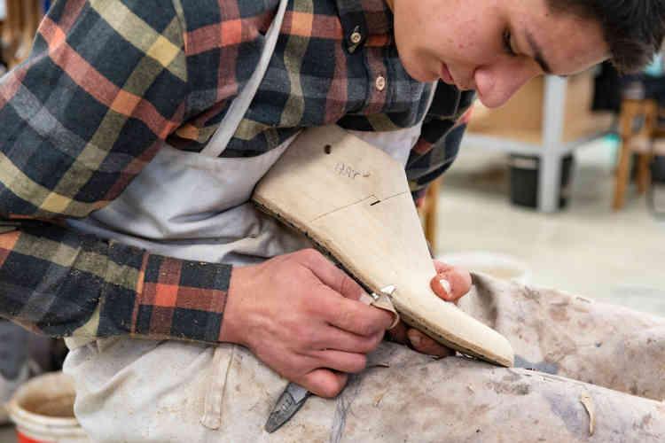 La fabrication d'une chaussure sur-mesure débute par la réalisation de la «première» semelle sur laquelle est montée la tige. Au cours de leur formation de bottier, les jeunes peuvent participer au concours du meilleur artisan de France. L'édition 2019 porte sur la réalisation d'une paire de derby à quatre œillets, à bout dit «fleuri», en cousu trépointe.