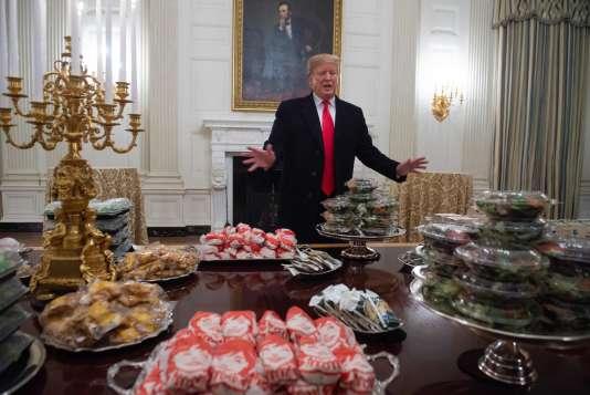 Donald Trump et les hamburgers qu'il a achetés pour régaler lesClemson Tigers, vainqueurs du championnant universitaire de football.