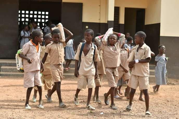 Des élèves d'une école élémentaire construite par le groupe suisse Nestlé à Goboue, en Côte d'Ivoire, le 7mars 2016.