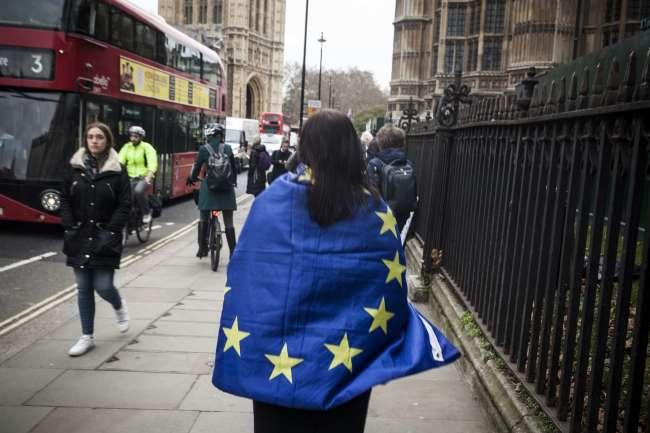 Une manifestante anti-Brexit devant le Parlement britannique, à Londres, le 15 janvier.
