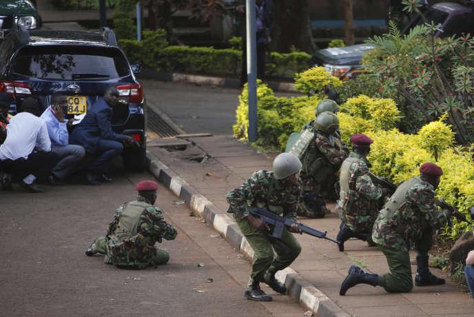 Des soldats kenyans interviennent après l'attaque djihadiste dans un complexe regroupant un hôtel et des bureaux à Nairobi, le 15 janvier.