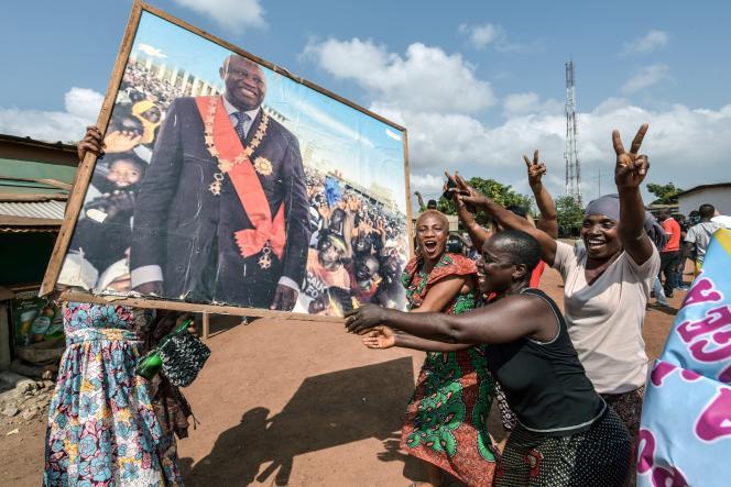 Des femmes fêtent l'acquittement de Laurent Gbagbo par la CPI, dans son village natal, à Gagnoa (Côte d'Ivoire), le 15 janvier.