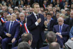 Emmanuel Macron a lancé mardi 15 janvier le grand débat national devant 600 maires normands à Grand-Bourgtheroulde, dans l'Eure.