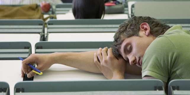 « Un changement physiologique propre à l'adolescence décale l'horloge interne des jeunes et fait qu'ils s'endorment plus tard.A 8heures, l'adolescent est en classe, le cerveau sur l'oreiller», résume le pédopsychiatre Jean-Luc Martinot.