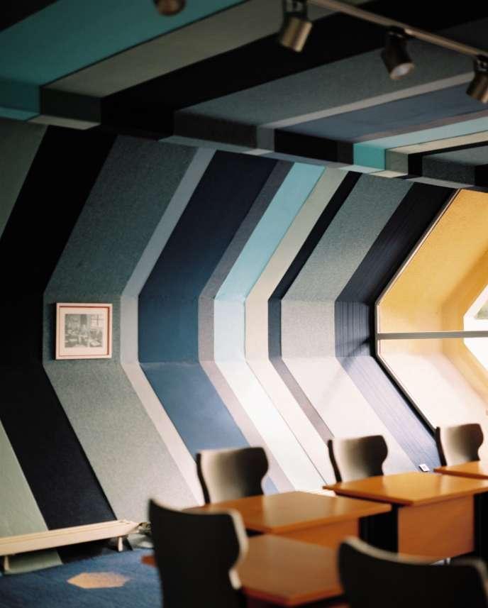 La salle de réunion de l'entreprise GSF à Sophia Antipolis où le motif hexagonal est décliné.
