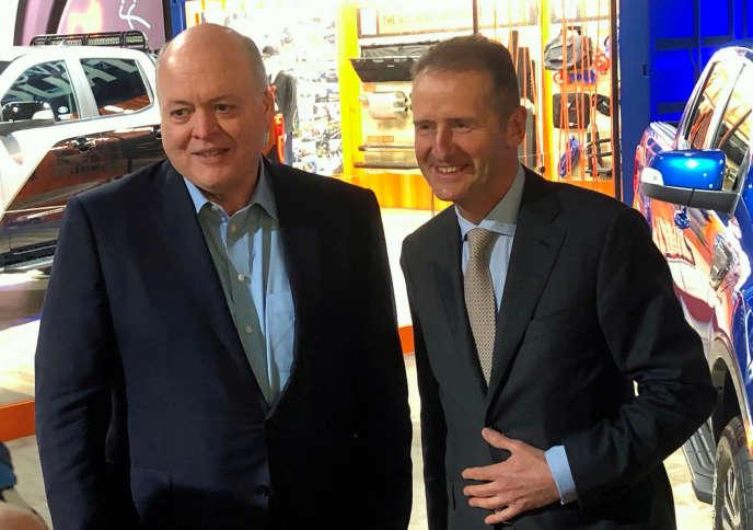 Le PDG de Ford, Jim Hackett (à gauche), et celui de Volkswagen, Herbert Diess, au salon automobile de Detroit (Michigan), le 14 janvier.