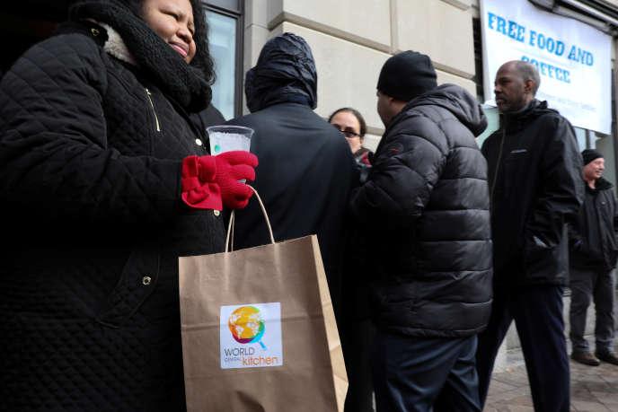 Des fonctionnaires fédéraux attendent pour obtenir un repas gratuit délivré par l'association World Central Kitchen, à Washington, le 16janvier.