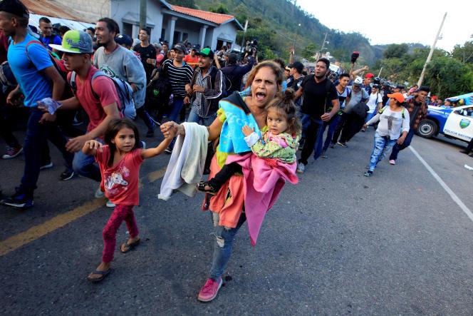 Des Honduriens, qui veulent rejoindre les Etats-Unis, marchent vers le point de passage avec le Guatemala d'Agua Caliente, le 15 janvier au Honduras.
