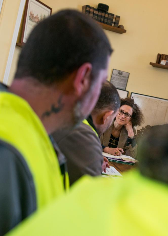 Emmanuelle Wargon a reçu pendant 45 mn une délégation de « gilets jaunes»du rond point de Brionne dans l'Eure, le 15 janvier.