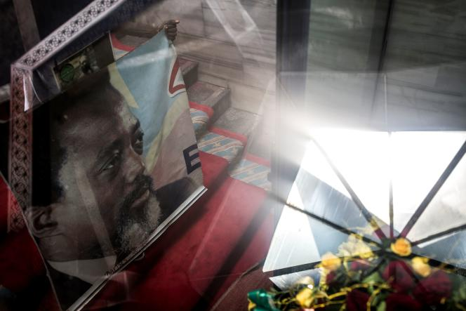 Un poster de Joseph Kabila, le président sortant, au mausolée de son défunt père et prédécesseur, Laurent-Désiré, le 16 janvier.