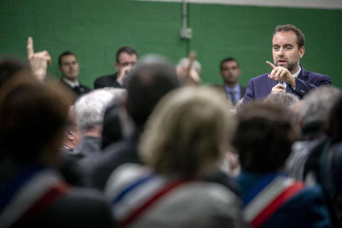 Sébastien Lecornu, ministre chargé des collectivités territoriales, participe à une rencontre avec les maires de la région Normandie, à Grand Bourgtheroulde, le 15 janvier, jour de lancement du grand débat.