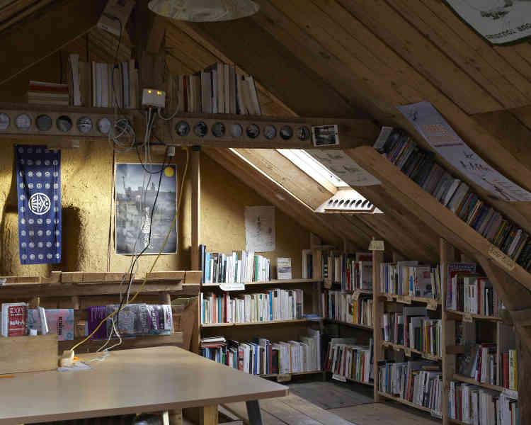 La bibliothèque du Taslu est une des fiertés des habitants de la ZAD de la Rolandière. On peut y trouver des livres consacrés à l'écologie, mais aussi aux formes de résistance, à l'histoire sociale et politique. Un lieu d'échange collectif et d'accueil de nombreux événements culturels qui, espèrent les zadistes, va pouvoir perdurer.