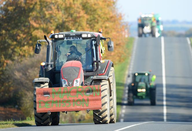 Des agriculteurs protestent contre la hausse des carburants, lors d'une opération de ralentissement du trafic, en novembre 2018, à Saint-Calais (Sarthe).