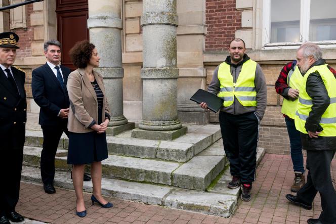La secrétaire d'Etat Emmanuelle Wargon a discuté avec des « gilets jaunes», à Grand-Bourgtheroulde (Eure), le 15 janvier.