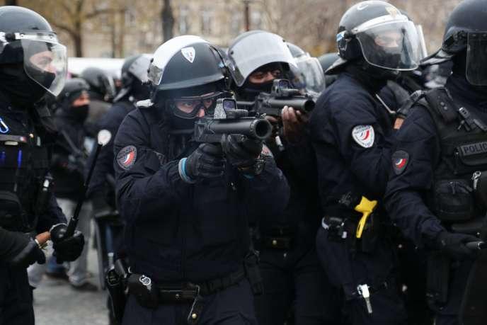 Des membres de la police nationale armés d'un LBD40, à Paris, le 12 janvier.