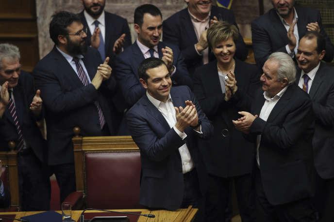 Le premier ministre grec, Alexis Tsipras, félicité au Parlement après sa victoire mercredi16janvier.