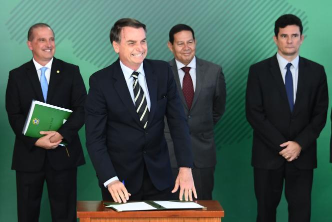 Jair Bolsonaro satisfait après la signature du décret présidentiel facilitant la possession d'armes au Brésil, le 15 janvier, à Brasilia.