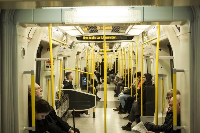 Dans une rame de métro sur la District Line, entre Westminster et l'est de Londres, mercredi16janvier.