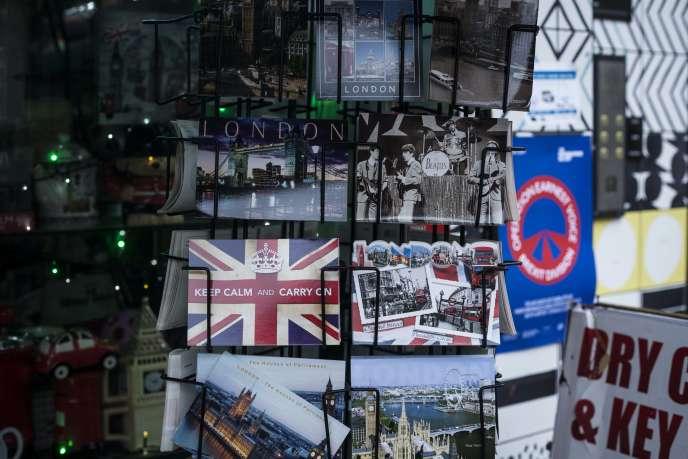 «KeepCalmand Carry On»(«Garder son calme et continuer»), peut-on lire sur l'une des cartes postales en vente à Londres, le 16 janvier.